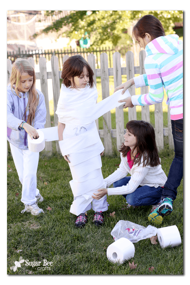 kids playing toilet roll paper game