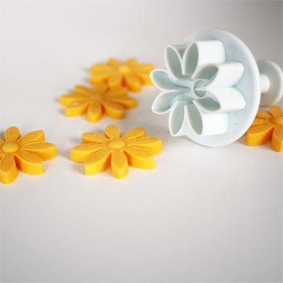 daisy fondant cutter with cut fondant flowers