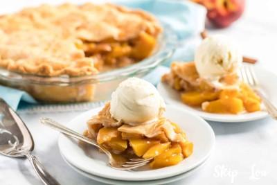 slice peach pie with ice cream