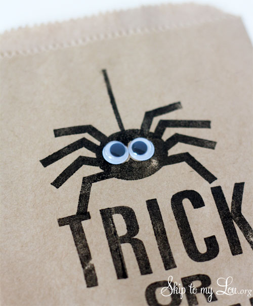 trick or treat favor bag with googly eye spider