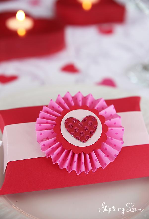pillow box party favors - Valentine Party Decorations
