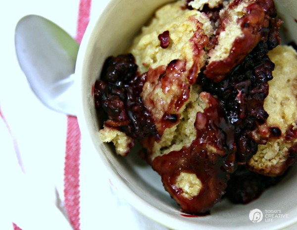 Slow Cooker Blackberry cobbler | TodaysCreativeLife.com